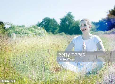 smiling beautiful yoga girl relaxing on grass for romantic happiness : Foto de stock