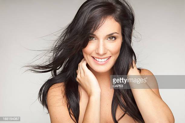 美しい若い笑顔の女性のヘア吹く