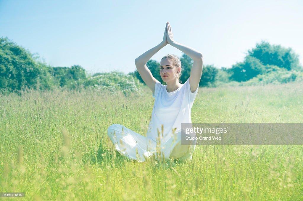smiling beautiful young yoga woman praying for toned spiritual mindfulness : Stockfoto