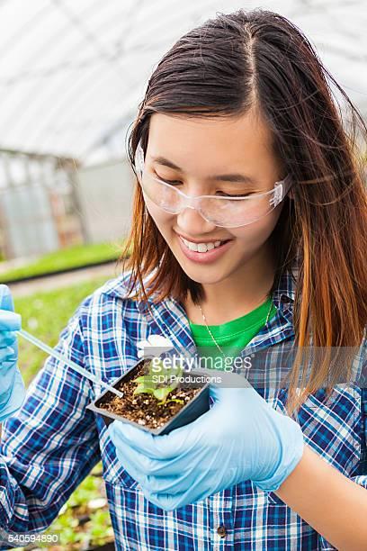 Sorridente studente di biologia sul lavoro
