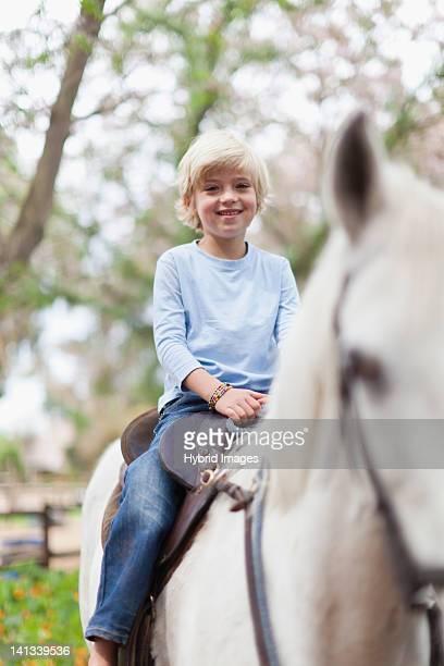 Lächelnde junge Reiten Pferd