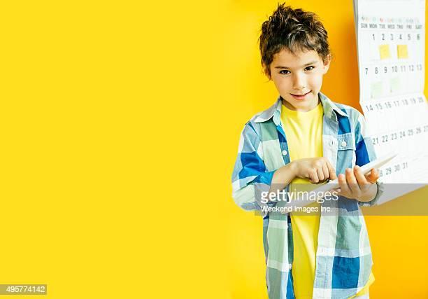 Garçon souriant avec tablette