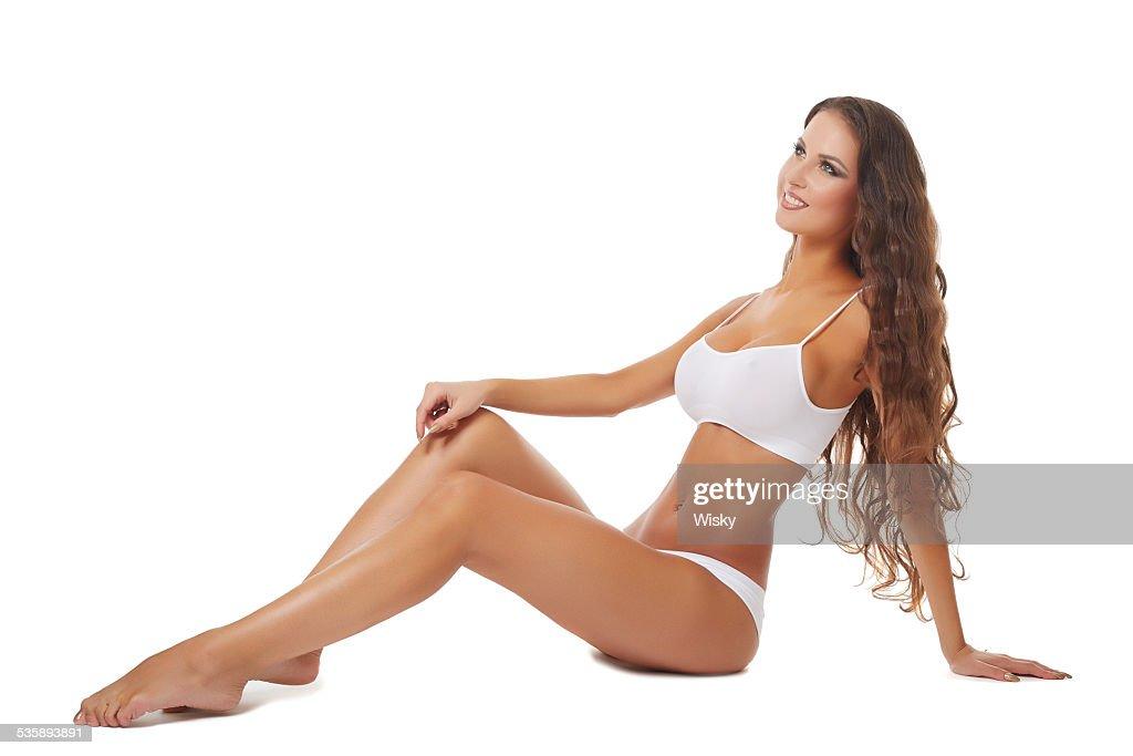 Souriante brunette avec une peau saine tanné : Photo