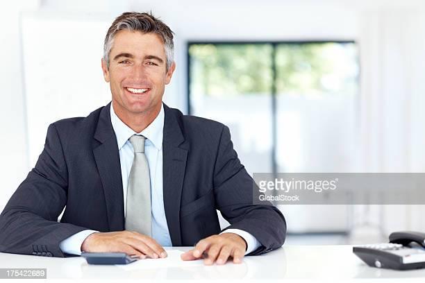Sorridente affari alla scrivania executive