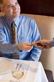 Lächelnd business Mann mit Kreditkarte bezahlt werden.