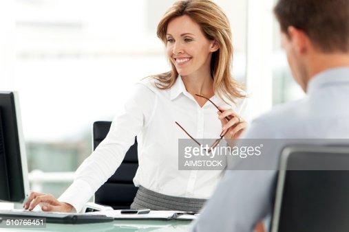 笑顔の女性は職場マネージャー