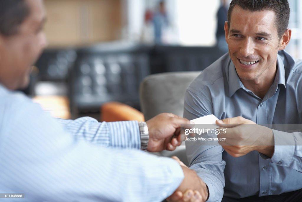 Uomini d'affari sorridente stringe la mano in ufficio : Foto stock
