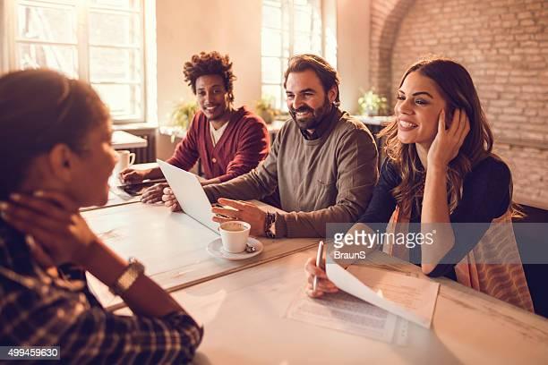 Lächelnd business-team mit einem Bewerbungsgespräch mit dem Kandidaten führen sollen.