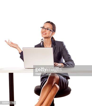 Sorrir negócios mulher sentada na mesa com o computador portátil : Foto de stock