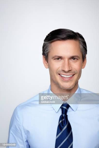Sorridente Uomo d'affari contro sfondo bianco