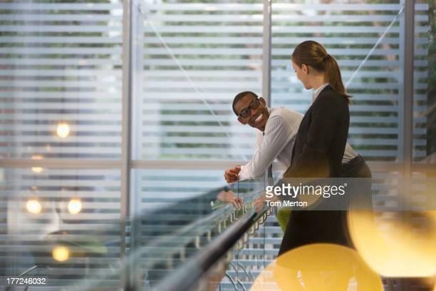 笑顔で話しているビジネスマンやビジネスウーマンのオフィス