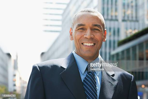 Uomo d'affari sorridente all'aperto