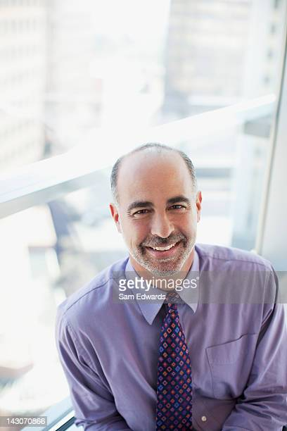 Lächelnd Geschäftsmann sitzt im Büro