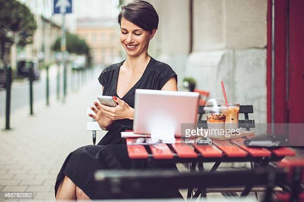 Sorridente Donna d'affari avendo la colazione in un coffee shop