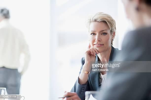 Sorridente donna d'affari nella riunione
