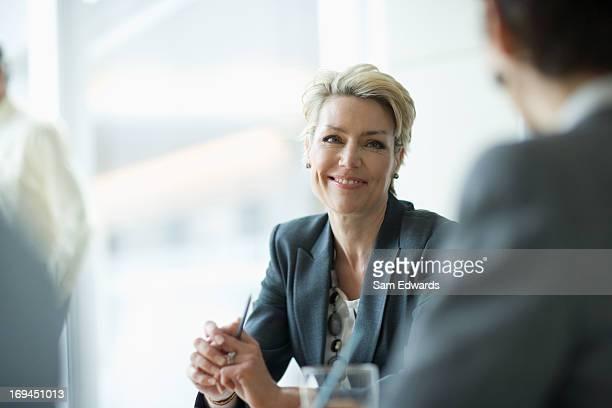 Sonriente mujer de negocios en la sala de reuniones