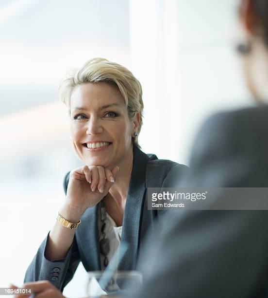 Lächelnd Geschäftsfrau in den Meetingräumen