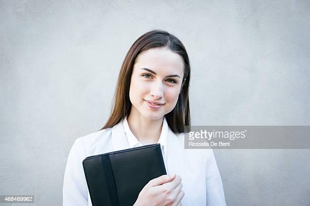 Lächelnd Geschäftsfrau schiefen gegen Wand Porträt