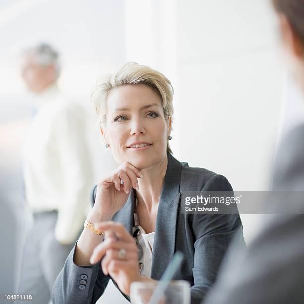 Sorridente donna d'affari, l'ascolto