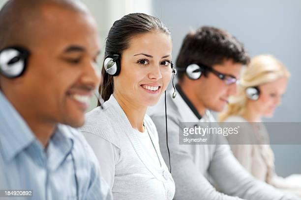 Lächelnd call-center-Mädchen Blick in die Kamera