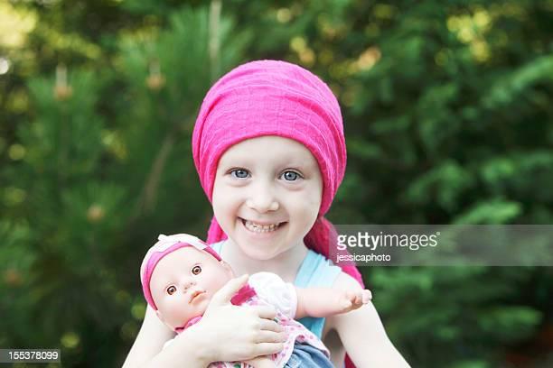 Lächelnd die Chemo hatte Kind mit Puppe