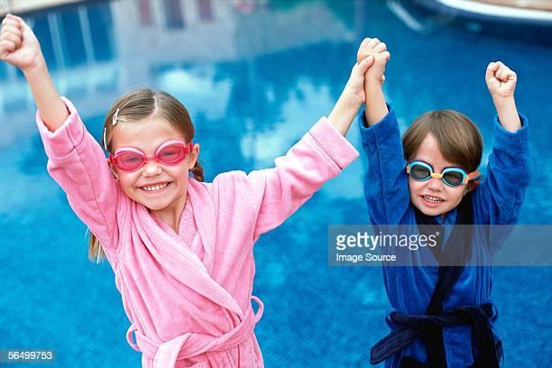 Lächelnd Kinder Schwimmbrille