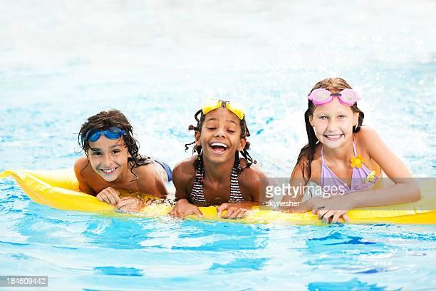 Sourire des enfants dans la piscine