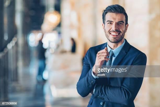 Lächelnd zuversichtlich Geschäftsmann