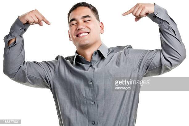 Sorride fiducioso giovane uomo che punta a se stesso