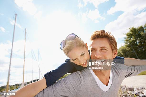 Casal romântico no porto