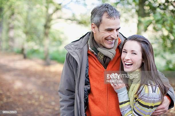 Souriant couple embrassant à l'extérieur