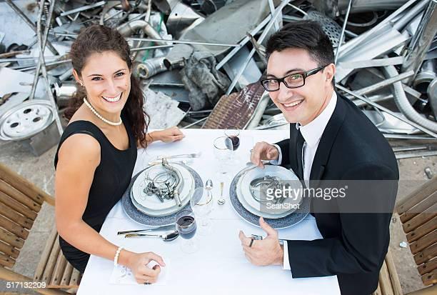 Lächelnd paar sieht in Deponien