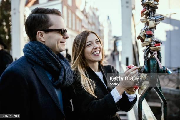 hun liefde markeert glimlachend paar door Lovelock op de brug