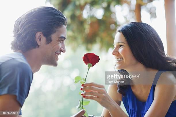 Lächelnd Paar im Freien mit roten rose