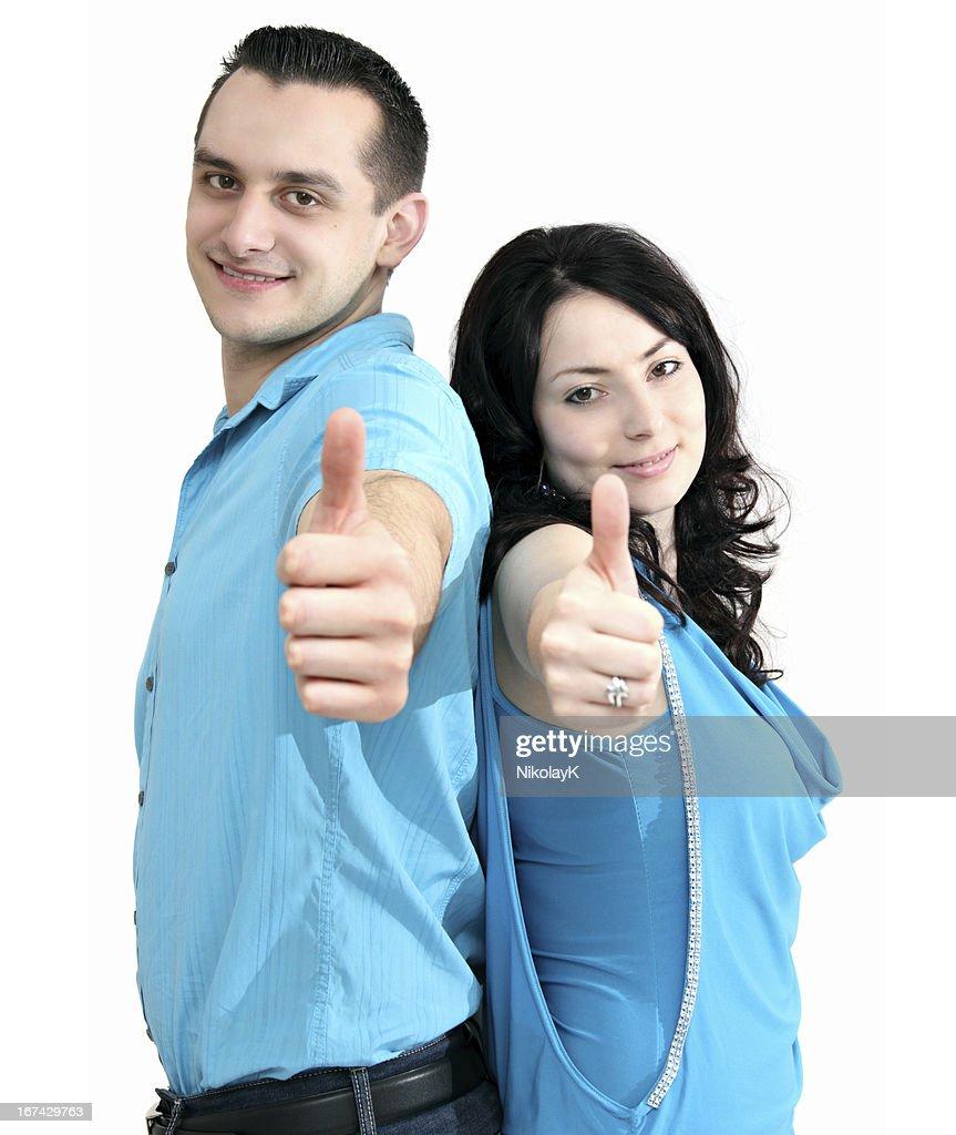 Sonriente pareja muestra thumbs up : Foto de stock