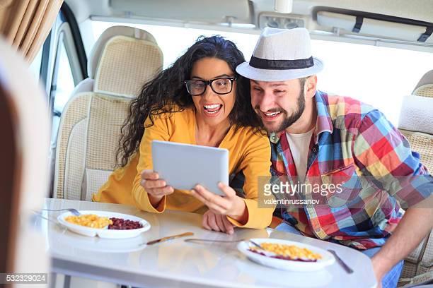 Lächelnd Paar mit Digitaltablett in eine ausgelassene