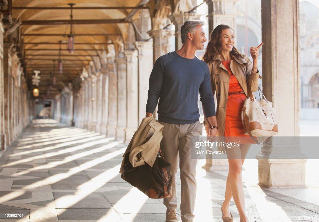 Lächelnd paar walking zusammen Korridor in Venedig : Stock-Foto