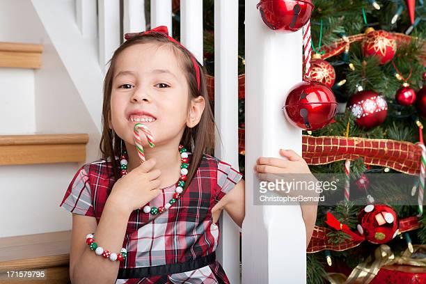 Sorridente ragazza carina Ritratto di Natale su scala