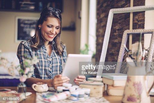 Lächelnd designer arbeitet wie zu Hause fühlen.