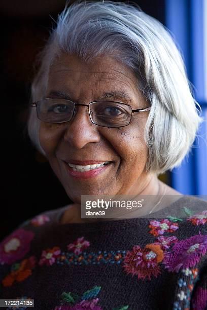 Mulher afro-americana a sorrir Idosos