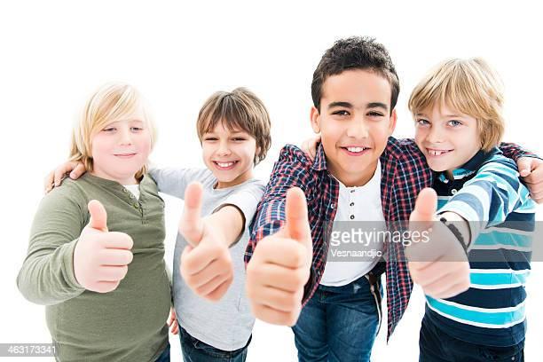 Sonriendo rodeado niños con pulgar hacia arriba sobre fondo blanco