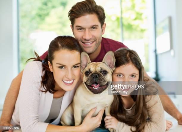 Lächeln Familie umarmen Hund