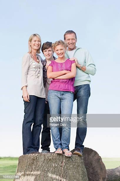 Lächeln Familie Baumstumpf