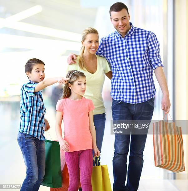 Sorridente família fazer compras juntos
