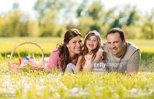 Lächeln Familie verbringen den Tag auf ein Picknick.