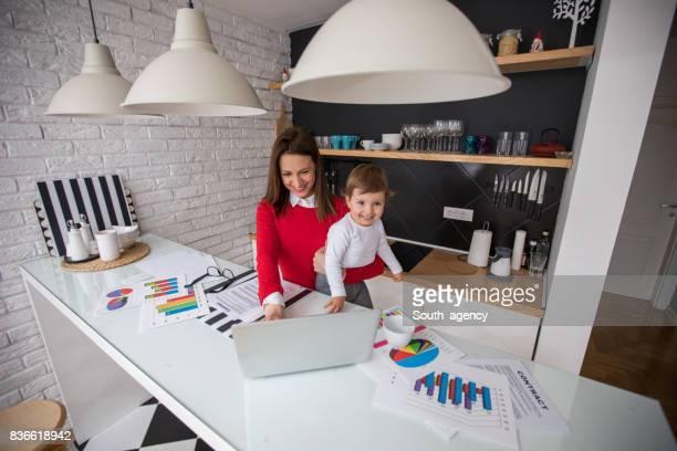 Lächelnde Familie arbeiten von zu Hause