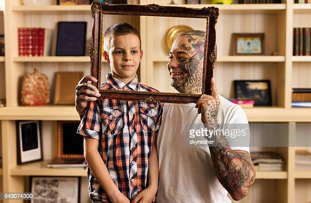 Padre e figlio sorridente visto attraverso una cornice per foto.