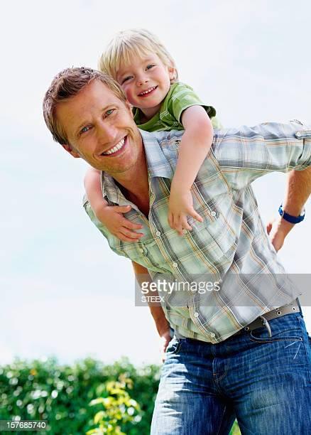 笑うギブ父と息子のピギーバックで