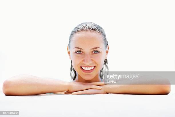 Souriant femme au bord de la piscine