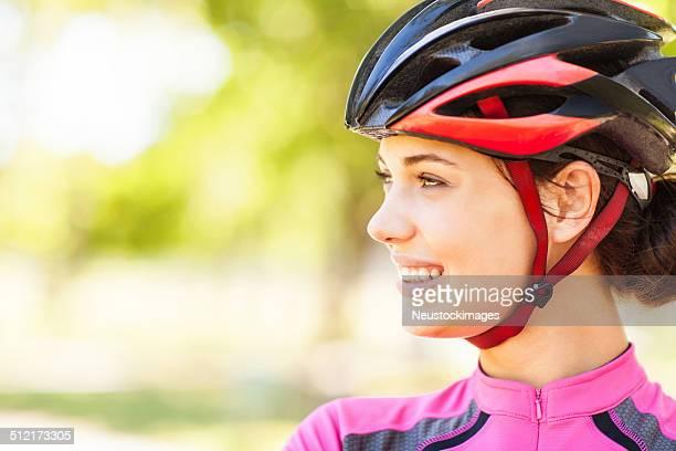 Lächelnd weibliche Radfahrer im Park